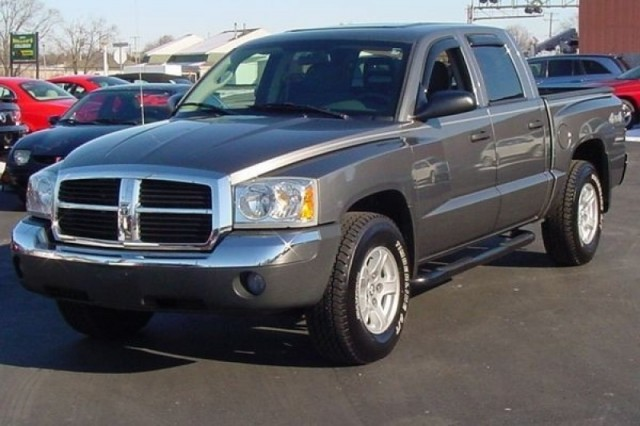 2005 DODGE DAKOTA 4 DOOR QUAD CAB SLT 4X4**LOW MILES!**LIKE NEW INSIDE AND OUT!